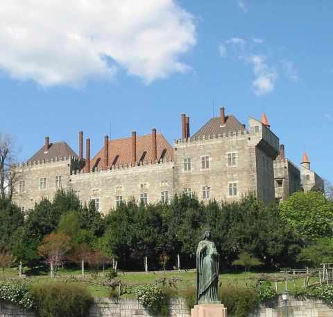Paço dos Duques de Bragança, na mesma municipalidade do castelo medieval