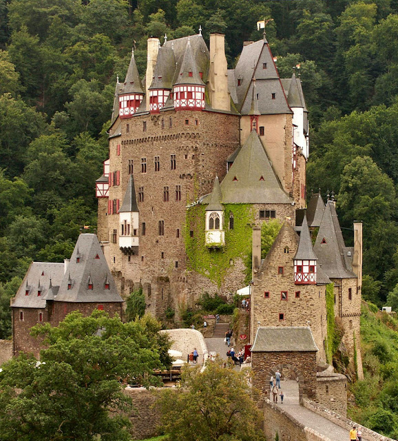 Poesia e mistério no castelo alemão de Burg Eltz